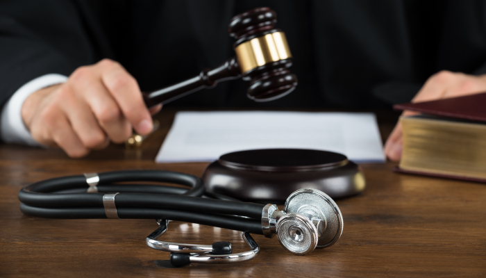 Πολυμελές Πρωτοδικείο Αθηνών 1329/2015: Ιατρικό σφάλμα και μετεγχειρητικό καθήκον ενημέρωσης σε προσθετική στήθους